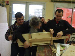 Création d'une guitare en bois par des jeunes de l'IME pendant l'atelier éco-artistique.
