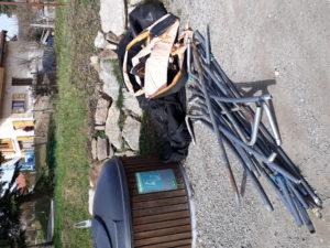 Les élus descendent dans le molok® pour sortir le trampoline