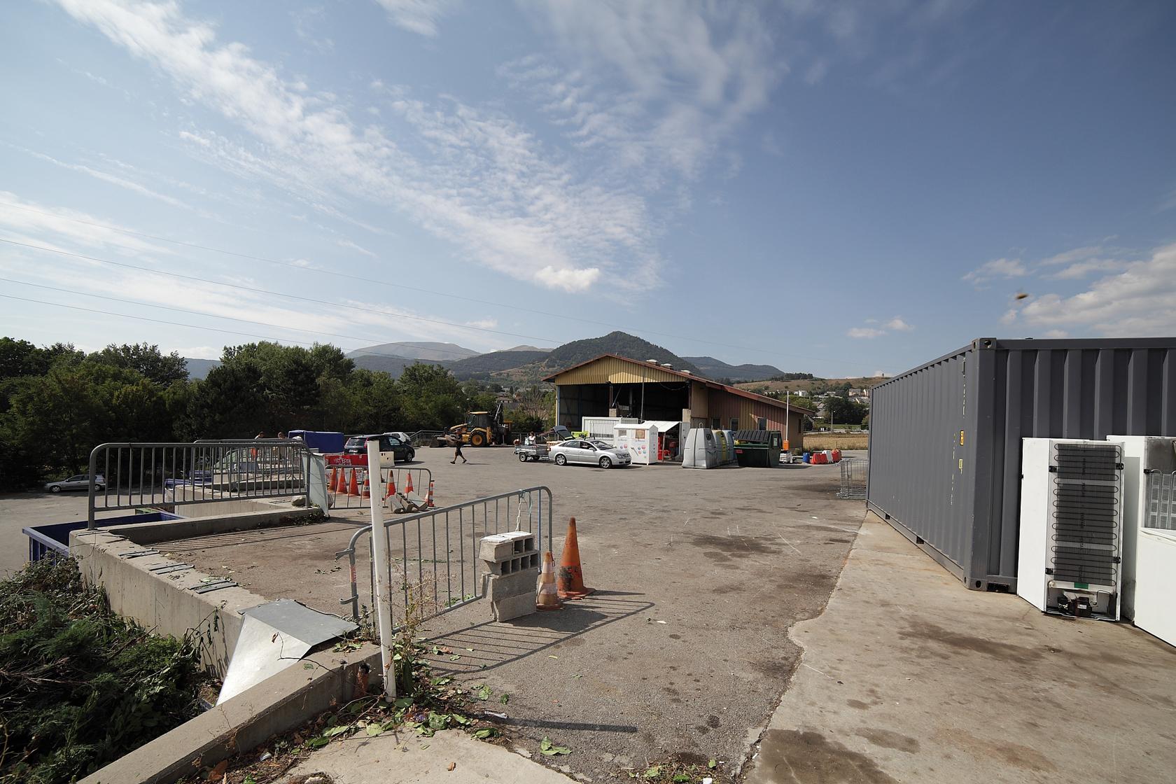 un déchetterie centrale, à La Mure, et 4 points propres intercommunaux forment un maillage afin de jeter encombrants, déchets verts, bois, cartons, ferrailles et gravats principalement.